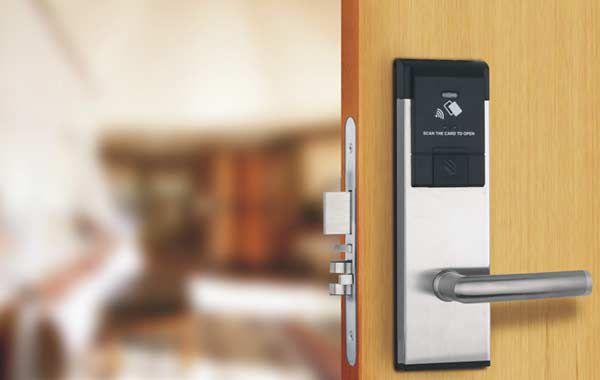 Những tính năng, ưu nhược điểm của khóa cửa điện từ Homestay 1