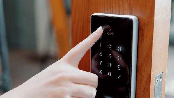 Khóa cửa cảm ứng bằng vân tay có ưu điểm gì? Khóa nào tốt nhất?1